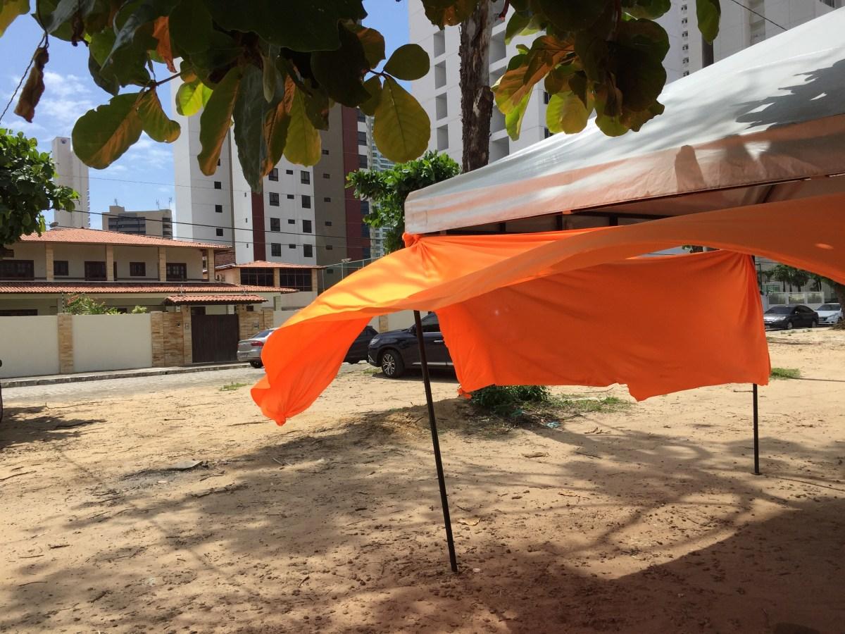 Provocação? Tenda laranja é montada na frente da casa de José Maranhão