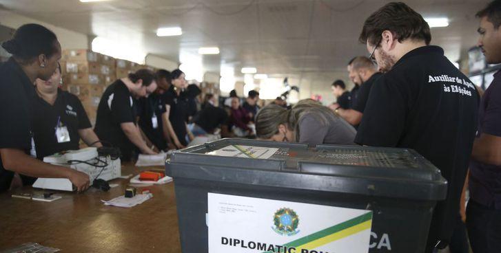 Mais de 10,6 mil brasileiros vão votar em cédula de papel