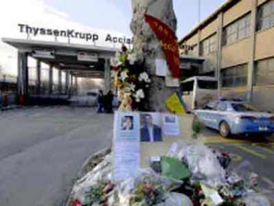 https://i0.wp.com/www.politicalive.com/wp-content/uploads/2008/11/torino-funerali-operai-thyssenkrupp-duomo.jpg