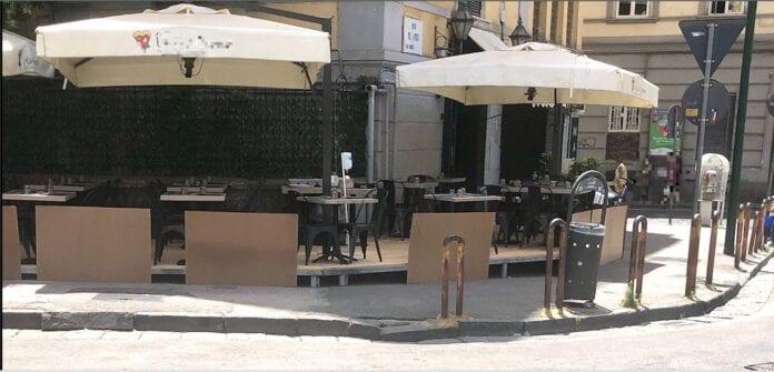 A Napoli marciapiedi invasi da pedane, ombrelloni e tavolini -  politicamentecorretto.com