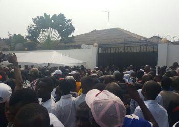 14H00: Les militants attendent Tshisekedi le long du Boulevard Lumumba (Photos)