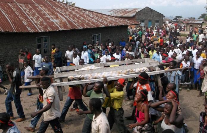 Enterrement-victimes-massacre-perpetre-ADF-Mbau-trente-kilometres-nord-Beni-Republique-democratique-Congo-16-avril-2015_0_1400_898
