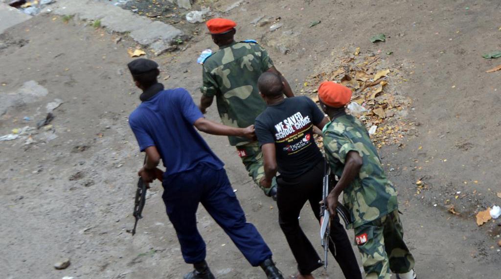 Un homme arrêté par la police, le 19 janvier 2015 à Kinshasa, en marge des manifestations contre le pouvoir de Joseph Kabila (Photo d'illustration). © AFP/Papy Mulongo