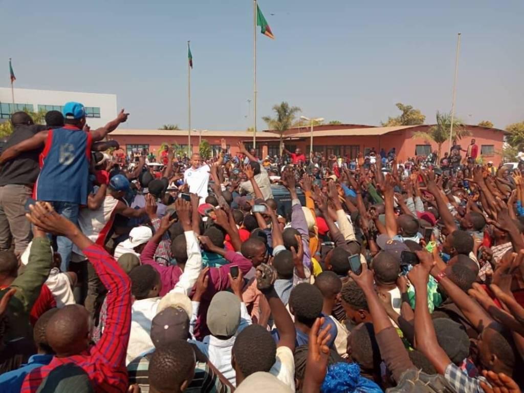 Moïse Katumbi accueilli par un bain de foule en RDC, la frontière fermée