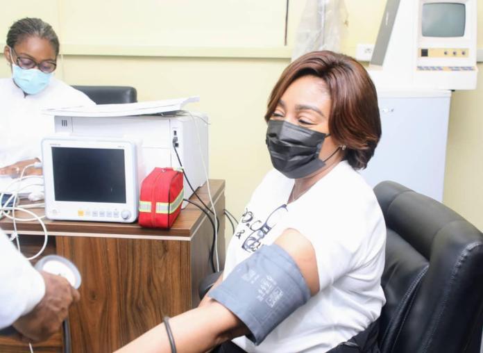 Covid-19 : Félix Tshisekedi et Denise Nyakeru ont pris leur première dose du vaccin le ... - Politico.cd