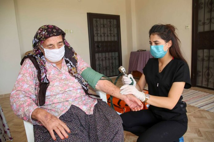 Adana Büyükşehir, evde bakım ve sağlık hizmetine ara vermeden devam ediyor