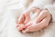 Sucha i pękająca skóra na dłoniach – sposoby na zimową pielęgnację