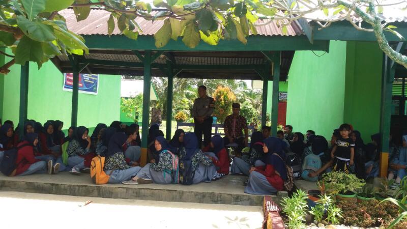Bhabinkamtibmas Polsek Pamenang Berikan Himbauan Sehabis Pelaksanaan Ujian Nasional Di SMA N 5 Merangin