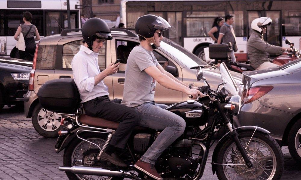 Bei der Spritztour mit dem Motorrad oder beim Spaziergehen: wählen ist überall und jederzeit möglich