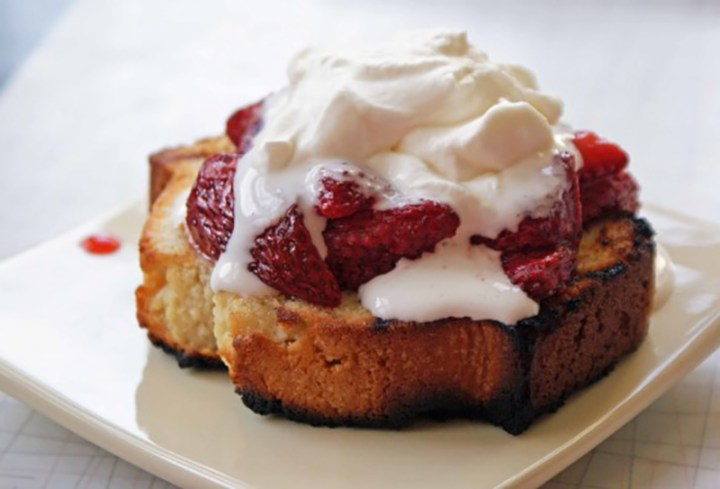 Grilled-pound-cake-with-grilled-strawberries-585x397