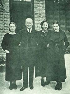 Francisco Largo Caballero con sus hijas a la salida de la Cárcel en 1935   Foto: Portal UGT.org