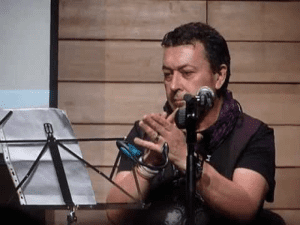 Luis Farnox interpretando uno de sus temas como cantaor flamenco en 2012