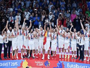 Selección de Baloncesto de España con la copa de Campeón de Europa de Baloncesto del Eurobasket 2015  (Lille - Francia - 20/09/2015)