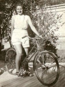 Gloria Fuertes   Madrid 1917-1998   Centenario Gloria Fuertes   Gloria Fuertes en bicicleta   1941