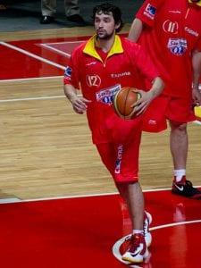 Sergio Llull con la camiseta roja de la Selección Española de Baloncesto