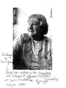 Gloria Fuertes | Fotografia dedicada por la poeta a niños y maestros del CP Gloria Fuertes de Alcázar de San Juan | Mayo 1996
