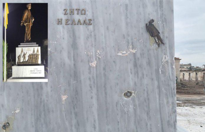 Άγνωστοι αφαίρεσαν αναπαράσταση από τη βάση του μνημείου και προκάλεσαν φθορές στο μάρμαρο (πηγή φωτογραφιών: Σύλλογος Δράσης «Νίκος Καπετανίδης»)