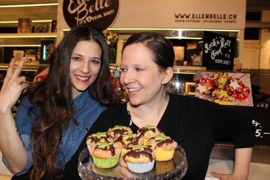 Elif und Sibel Erisik am Rock'n'Roll-Stand an der Sneakerness.