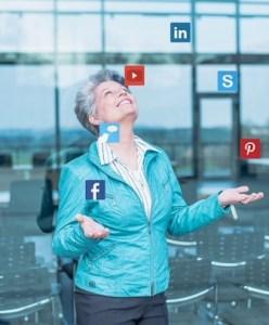 Angela Wosylus mit social media icons jonglierend
