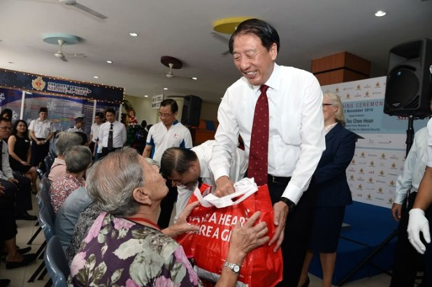 Mr Teo Chee Hean presenting the BBSG food hampers to beneficiaries from Kheng Chiu Happy Lodge