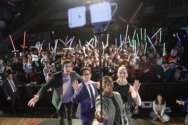 SEOUL, SOUTH KOREA - DECEMBER 09: Actor John Boyega (2nd R) takes selfie with actor Adam Driver (L) director J.J. Abrams (2nd L) and actress Daisy Ridley (R) during the event for fans ahead of 'Star Wars: The Force Awakens' South Korea premiere at the Octagon on December 9, 2015 in Seoul, South Korea. (Photo by Chung Sung-Jun/Getty Images for Walt Disney Studios) *** Local Caption *** John Boyega; Daisy Ridley; Adam Driver; J.J. Abrams