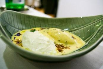 Crema inglese all'arancia, crumble alla liquirizia, mousse di Laudemio e cioccolato bianco, gelato alla vaniglia e olive
