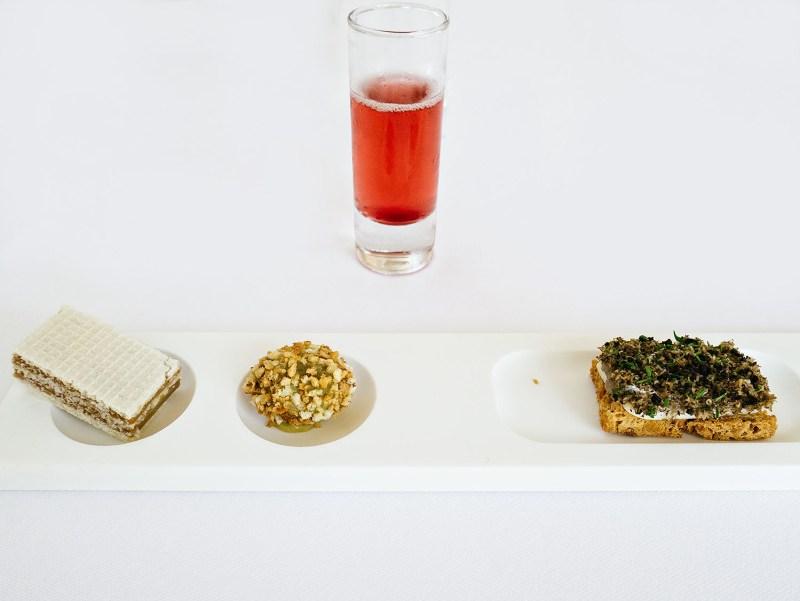 Ulliassi - Wafer di foie gras, finta oliva, crostino di alici e tartufo, kir