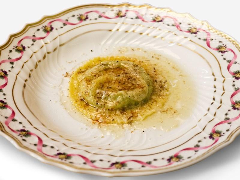 Uovo in raviolo con burro di malga, parmigiano dolce e tartufi