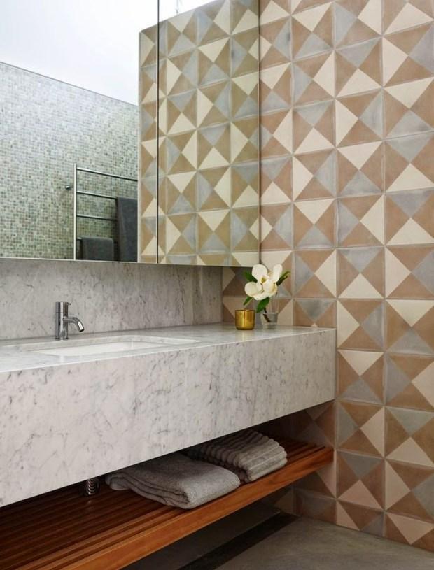 banheiro com padrão geométrico vintage