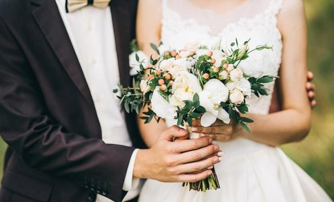 tendências em casamentos 2017 noiva e noivo segurando buquê
