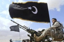 Miliziani dei Fratelli Musulmani con le loro caratteristiche bandiere nere.