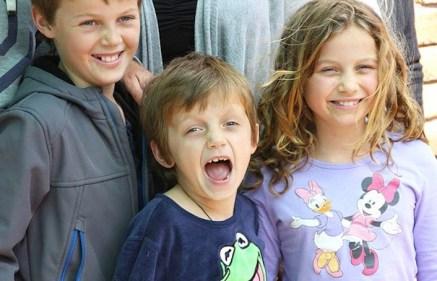 Gli australiani Mo (12 anni), Otis (8) ed Evie (10). Stavano tornando a Melbourne scortati dal nonno.