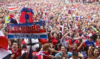 costa-ricans-celebrating