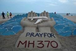 Un memoriale all'aereo abbattuto realizzato su una spiaggia malese.