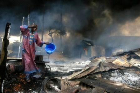 Distruzione di un villaggio itsekiri ad opera dei mercenari pagati dalle compagnie petrolifere.