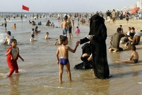 La spiaggia di Mahachkala. Data la rigorosa osservanza del Corano da parte di una fetta della popolazione daghestana, non è insolito assistere a scene del genere.