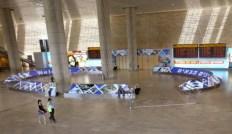 """La desolazione del'aeroporto """"Ben Gurion"""" di Tel Aviv, causata dalla paura provocata da alcuni missili di Hamas caduti nell'area dell'aeroporto."""