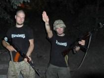 L'offensiva contro il Donbass è portata sia dall'esercito ucraino che dalle milizie paramilitari naziste, inquadrate tra le fila della Guardia nazionale. Nella foto, due estremisti di destra al fronte si scattano una foto per gli amici americani.