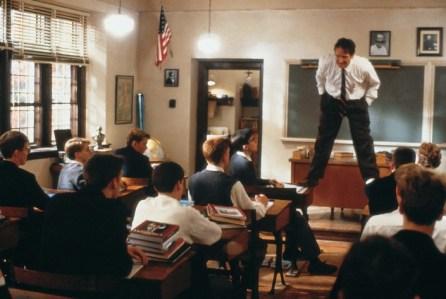"""L'attimo fuggente, regia di Peter Weir (1989) «Carpe diem, cogliete l'attimo ragazzi, rendete straordinaria la vostra vita». «Continuate a strappare, ragazzi! Questa è una battaglia, una guerra, e le vittime sarebbero i vostri cuori e le vostre anime. [...] Armate di accademici che avanzano misurando la poesia: no, non lo permetteremo! Basta con i J. Evans Pritchard! E ora, miei adorati, imparerete di nuovo a pensare con la vostra testa, imparerete ad assaporare parole e linguaggio. Qualunque cosa si dica in giro, parole e idee possono cambiare il mondo». «Sono salito sulla cattedra per ricordare a me stesso che dobbiamo sempre guardare le cose da angolazioni diverse. E il mondo appare diverso da quassù. Non vi ho convinti? Venite a vedere voi stessi. Coraggio! È proprio quando credete di sapere qualcosa che dovete guardarla da un'altra prospettiva. Anche se può sembrarvi sciocco o assurdo, ci dovete provare. Ecco, quando leggete, non considerate soltanto l'autore. Considerate quello che voi pensate. Figlioli, dovete combattere per trovare la vostra voce. Più tardi cominciate a farlo, più grosso è il rischio di non trovarla affatto. Thoreau dice """"molti uomini hanno vita di quieta disperazione"""", non vi rassegnate a questo. Ribellatevi! Non affogatevi nella pigrizia mentale, guardatevi intorno!»"""