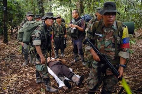 Pattuglia Farc in azione nella giungla.
