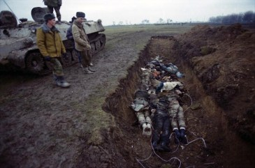 Una fossa comune a ridosso del confine ceceno. Soldati russi osservano i cadaveri degli uomini assassinati dai jihadisti.