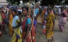 Le donne di una delle tribù che si oppongono ai progetti di una multinazionale mineraria.