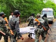 Militari indiani trasportano via un ferito dopo uno scontro a fuoco con i maoisti.
