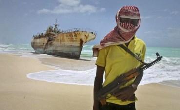 Un pirata somalo. Il golfo di Aden è uno dei mari più infestati dai pirati del mondo.