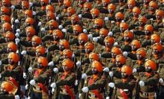 Truppe indiane sfilano prima di andare a Chattisgarh a combattere i naxaliti.