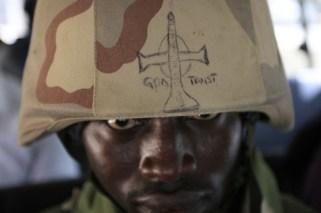 Soldato nigeriano. Sull'elmetto una croce e la scritta «credo in Dio».