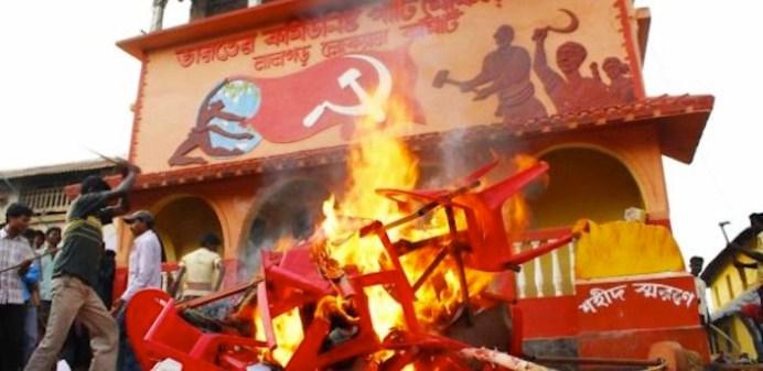 Paramilitari Salwa Judum si scagliano contro una sede dei maoisti.