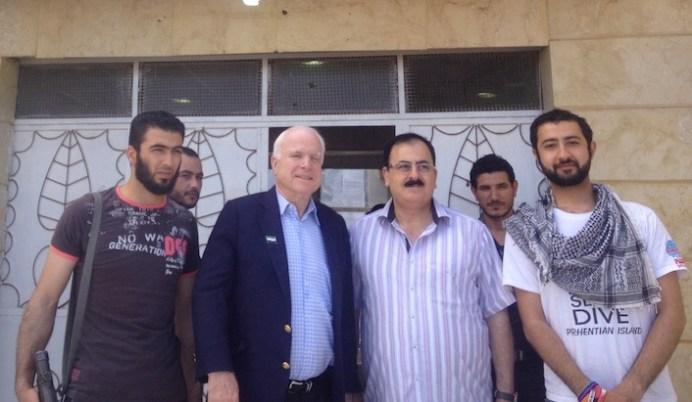 Nella foto (da sinistra) il portavoce dell'Isil Abu Mosa, il leader dell'Isil Abu Bakr al Baghdadi, il senatore Usa John McCain, il capo dell'Esercito siriano libero Salem Idriss.