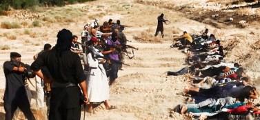 Esecuzione collettiva di soldati iracheni. I jihadisti dell'Isil hanno massacrato in pochi giorni oltre mille e settecento prigionieri, gettandoli, poi, dentro fosse comuni.