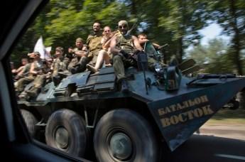 Truppe del Donbass su uno dei centocinquanta blindati in loro possesso. Sulla fiancata si legge: «Battaglione orientale».